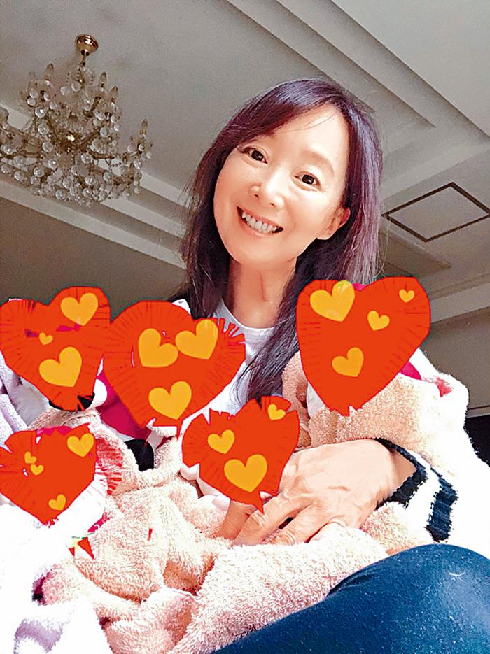 ■就是這張看似抱着五個BB的照片,令日本記者信以為真,但其實只是五個公仔。(網上照片)