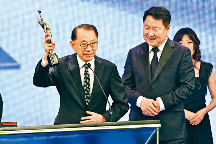 ■英皇老闆楊受成代林超賢領取最佳動作設計獎。