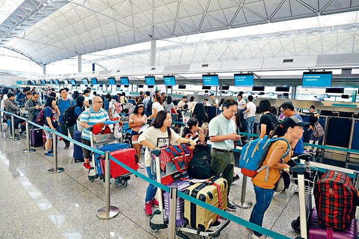 不少市民選擇出外遊玩,機場亦逼滿等候上機的人龍。蘇正謙攝