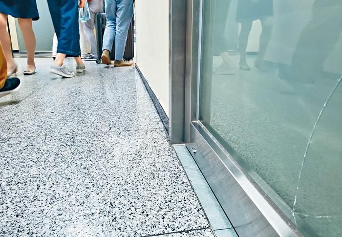 診所玻璃門疑因小孩玩弄拖篋被撞裂。 李殷攝