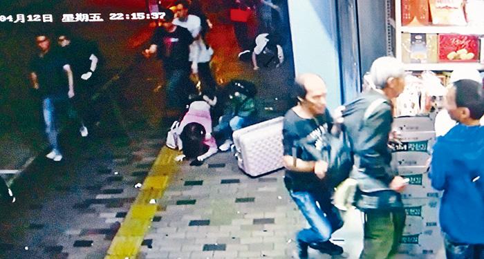 途人爭相走入零食店時,其中一女子驚慌跌倒。受訪者提供圖片