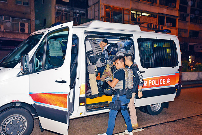 警方反恐特勤隊奉召出動,搜捕槍手。丁志雄攝
