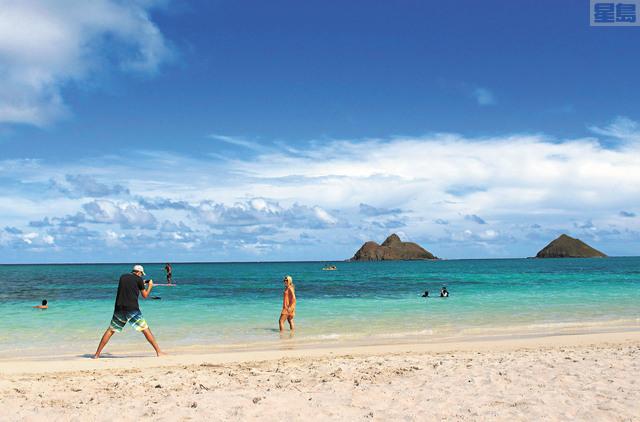 州議會再度準備立法向短租者徵稅,圖為遊客在歐胡島Kailua海灘留影。美聯社資料圖片