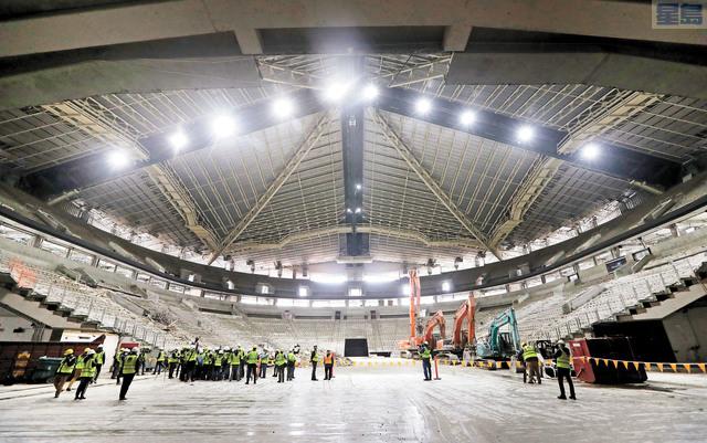 媒體參觀鎖匙球場。該處將建新的冰球場,迎接NHL第32支球隊。美聯社