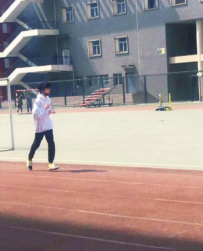 ■王俊凱在操場跑步。網上圖片