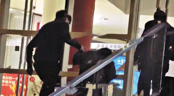 ■陳羽凡穿著一身黑衣牽著兒子元寶上樓梯。 網上圖片
