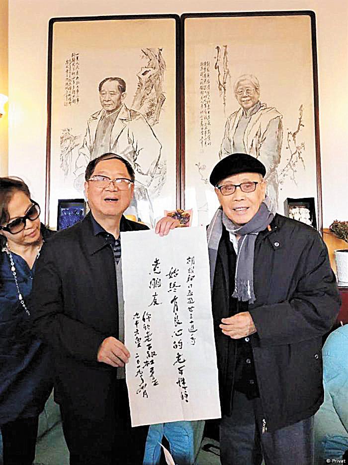杜導正(右)題詞,旁為胡德華(左),兩人在紀念活動上合照。網上圖片