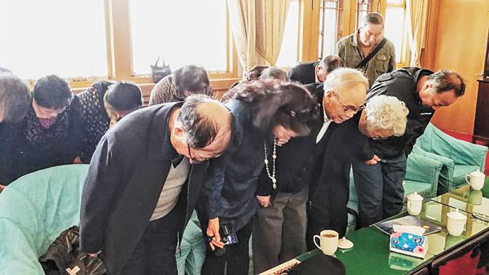 眾人向胡耀邦夫婦畫像鞠躬致意。網上圖片
