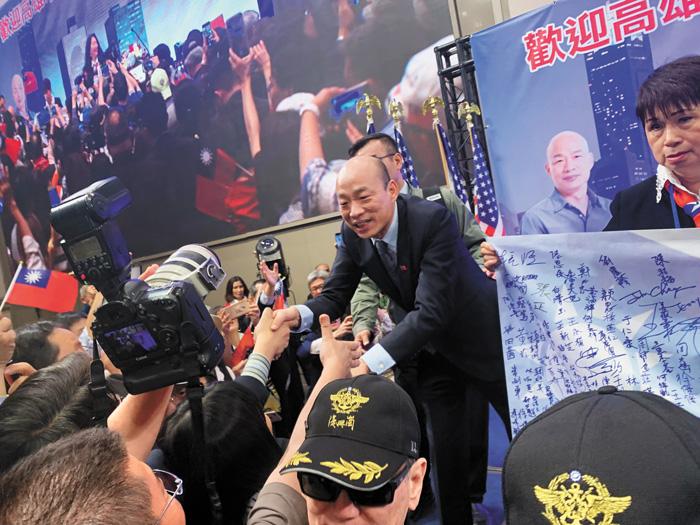 韓國瑜受到僑胞擁戴,演講一結束,大家都衝到臺前與他握手,他也盡可能的與僑胞互動。記者楊婷攝