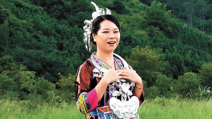 「鄉野丫頭」為粉絲演唱侗歌。網上圖片