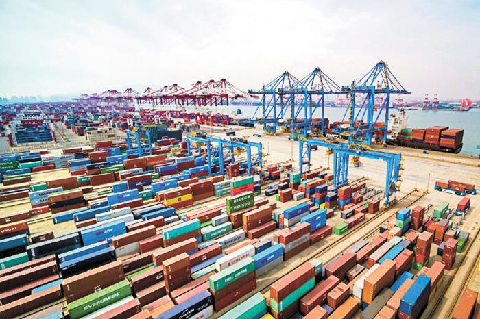 圖為山東青島貨櫃碼頭。美聯社