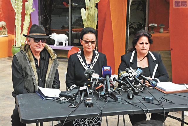 方太(中)在代表律師兼前三藩市市參事會主席阿里奧圖(右)及建築師尼可臣(左)的陪同下召開記者會,提出反訴訟。記者羅雅元攝