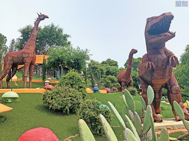 「聰明笨伯屋」庭院豎立五隻恐龍等雕塑。記者羅雅元攝