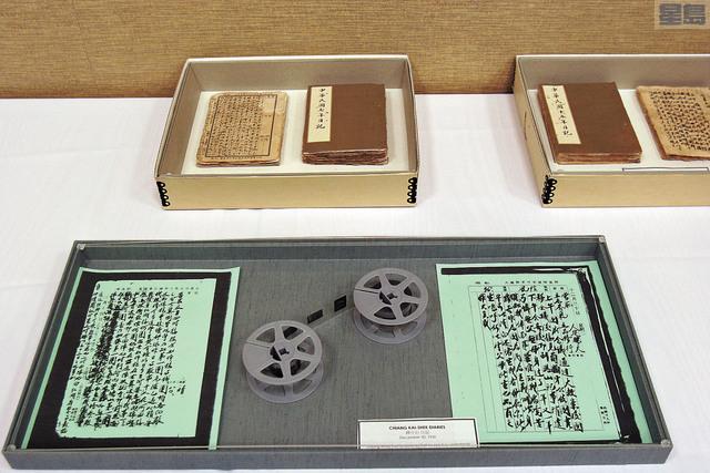 韓國瑜今天到胡佛參閱蔣介石日記,將看到日記原本(圖上)和微縮攝影版及紙本考貝版(圖下)。資料圖片