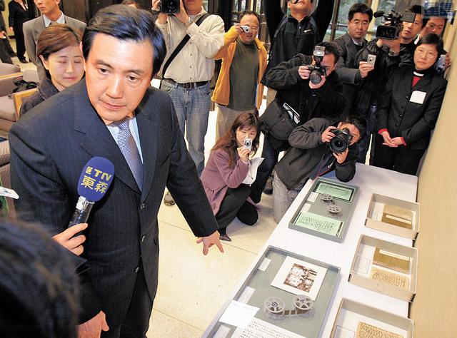 馬英九於2006年到胡佛參看蔣介石日記。資料圖片