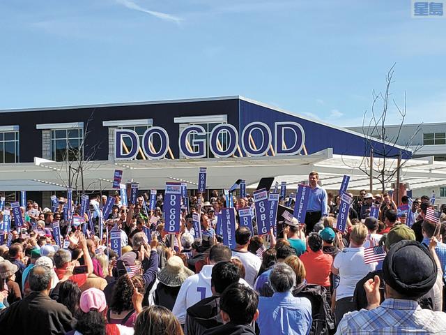 聯邦眾議員斯華威回到母校東灣都柏林高中發表競選宣言。記者馬欣攝