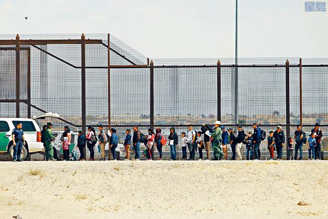 ■特朗普政府承認,考慮將無證客釋放到庇護城。圖為大批移民在德州埃爾帕索非法進入美國後,請求庇護。 路透社