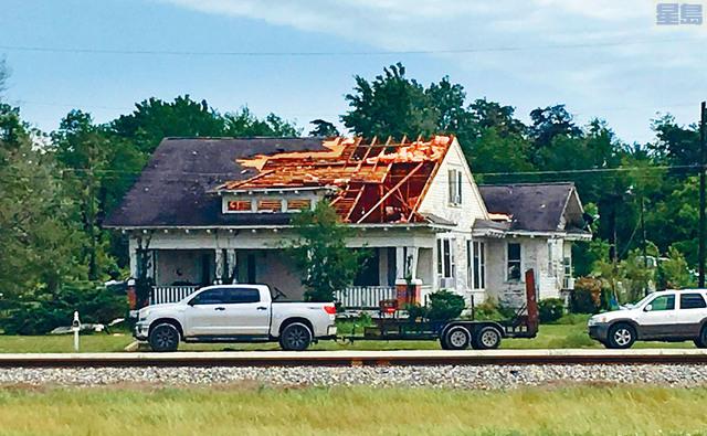 ■德州遭強風暴襲擊。圖為一房屋屋頂被強風吹破。美聯社