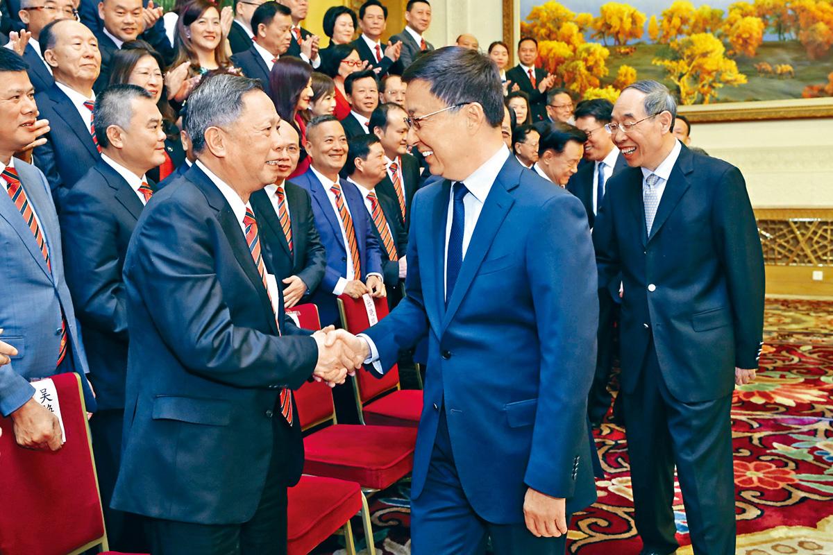 韓正(右二)二十一日在北京,會見香港福建社團聯會訪京團。新華社