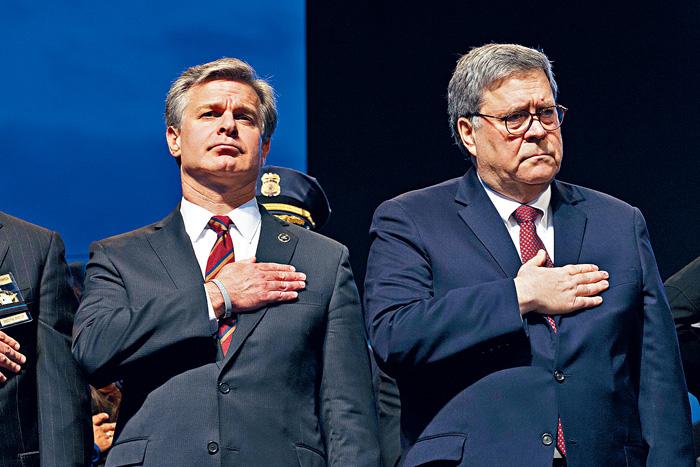 ■司法部長巴爾(右)指派德拉姆調查通俄門調查的緣起。圖為巴爾與FBI局長雷伊出席國家執法人員紀念基金年度燭光晚會活動。美聯社