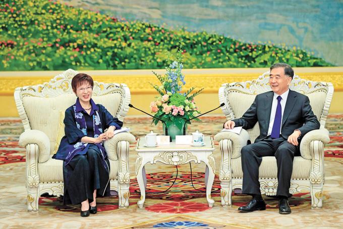 中共中央政治局常委、全國政協主席汪洋13日在北京會見國民黨前主席洪秀柱。中新社