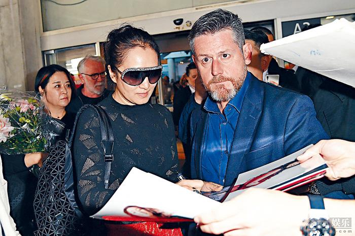 ■鞏俐在機場為粉絲簽名。