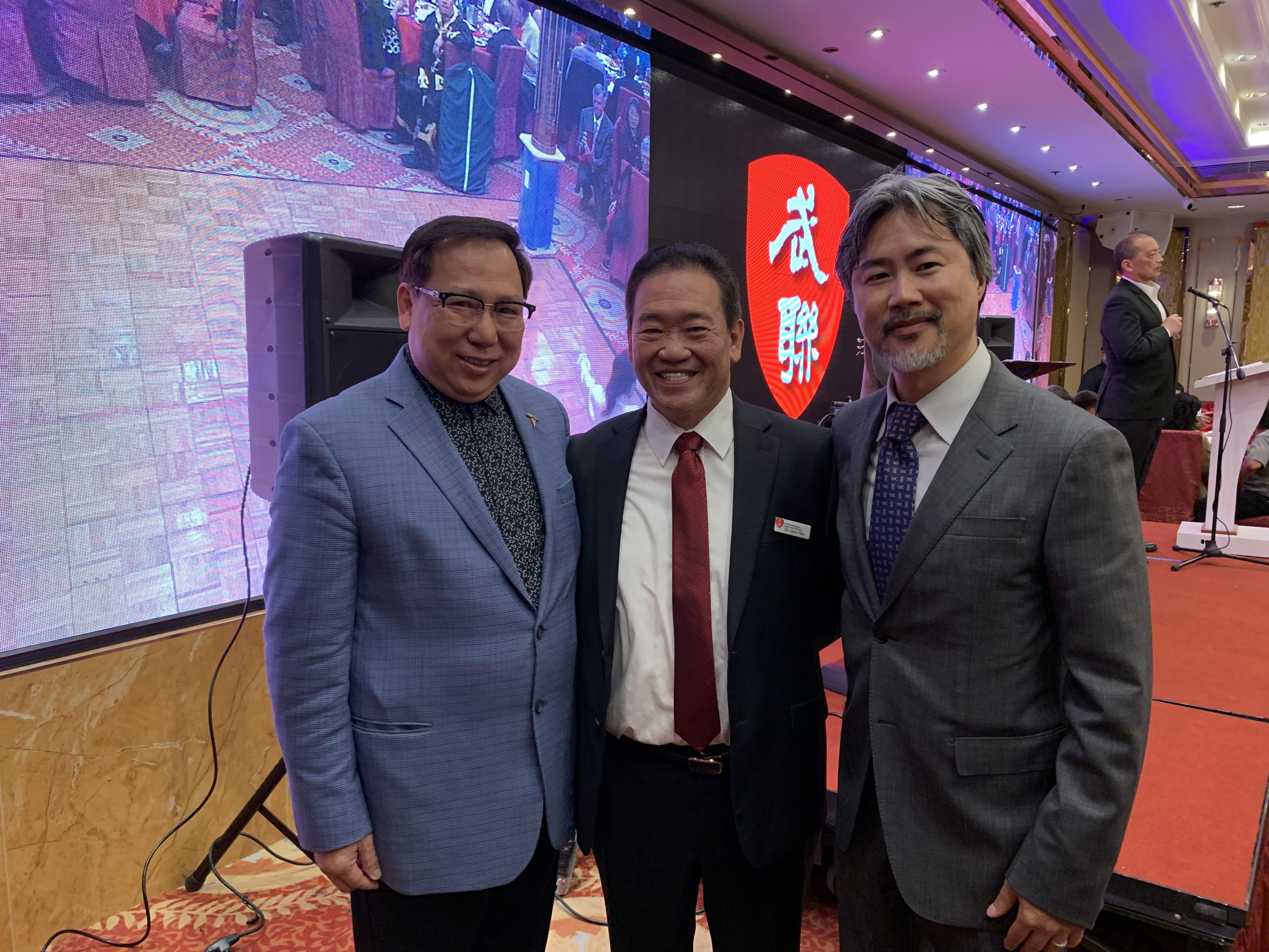 羅省中華總商會主席莊佩源(左)、會長陳嘉汶(右)與美國傳統武術聯盟總裁鄒家驤合影。記者黃品瑄攝