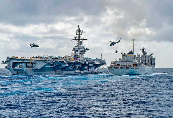 美軍航空母艦「林肯號」(左),上周三為快速戰鬥支援艦「北極號」進行海上補給。 法新社