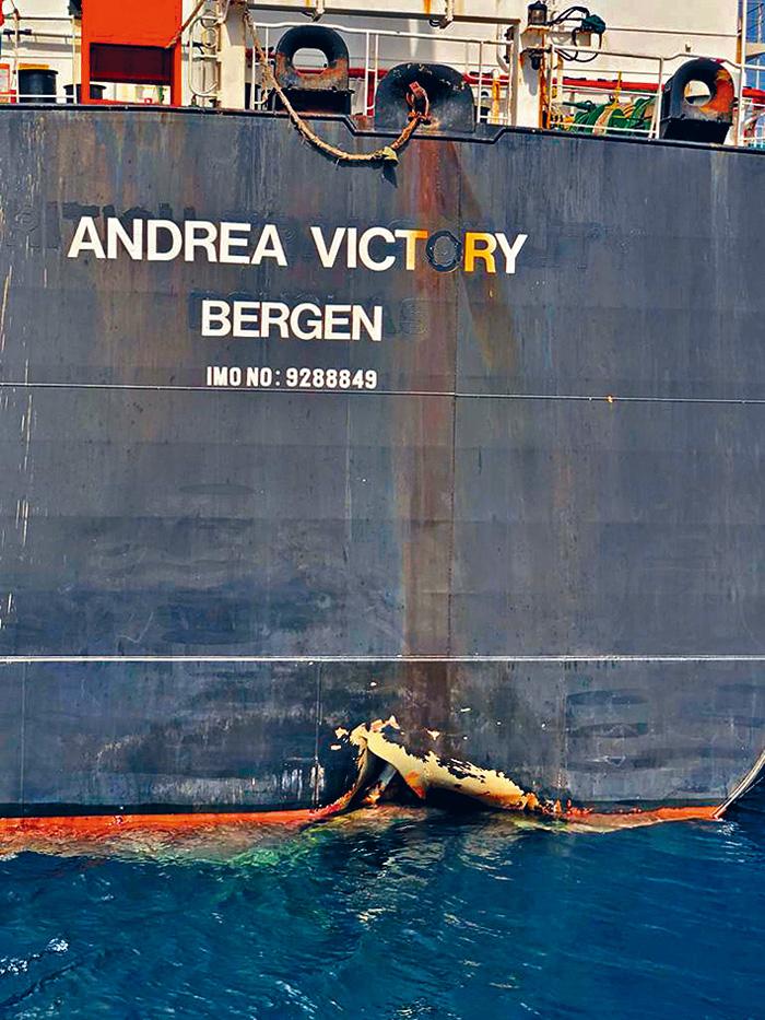挪威油輪「Andrea Victory號」在阿曼灣遭攻擊後船底受損。 法新社