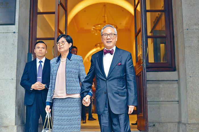 曾蔭權偕太太攜手出入法庭,其間不時展露笑容。郭顯熙攝