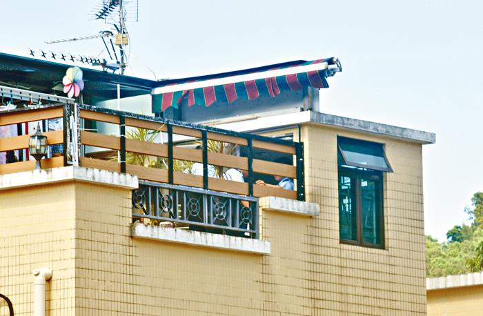 壯漢維修家居,意外由三樓天台墮下死亡,警方在天台調查。