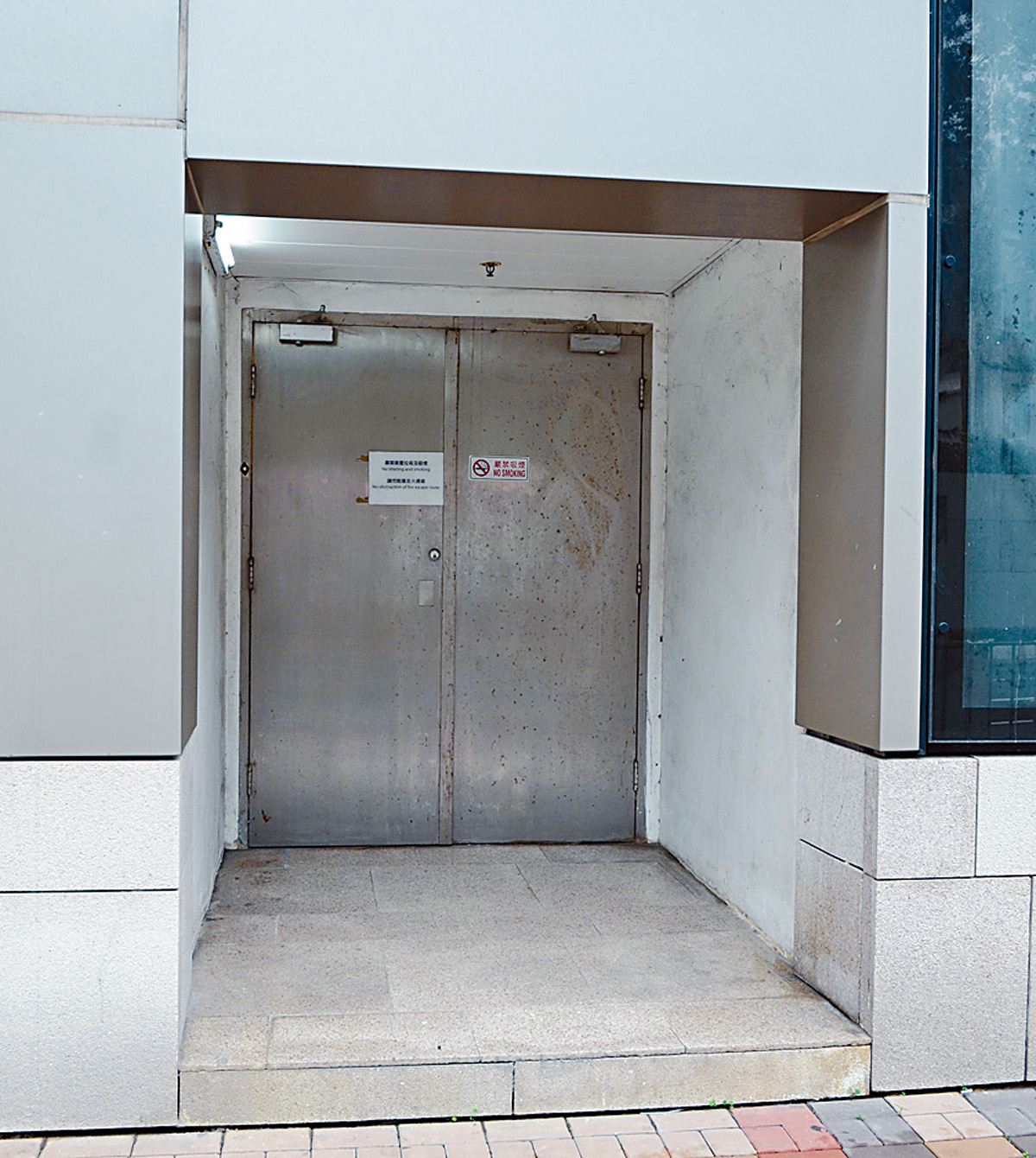 色誘黨偷竊現場為商場後梯口凹位。 歐陽偉光攝