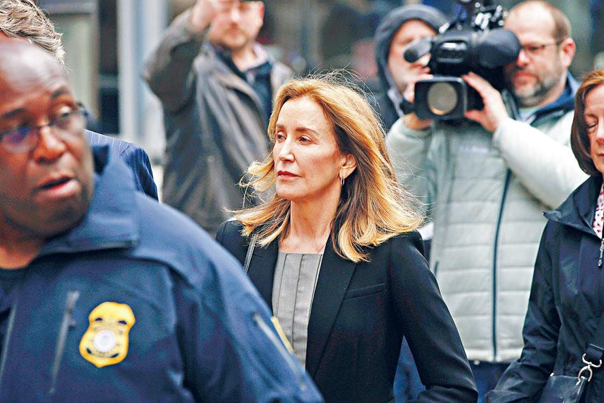 演出美劇《絕望主婦》的荷里活女星荷芙曼,在大學招生詐騙案中正式認罪,圖為13日她抵達波士頓聯邦法院。    美聯社