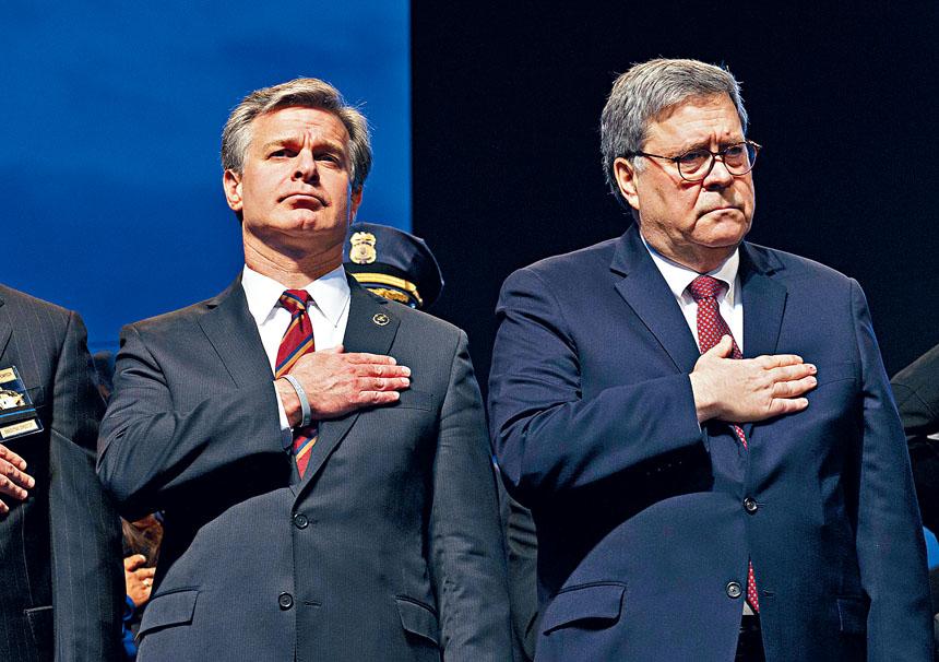 司法部長巴爾(右)指派德拉姆調查通俄門調查的緣起。圖為巴爾與FBI局長雷伊出席國家執法人員紀念基金年度燭光晚會活動。美聯社