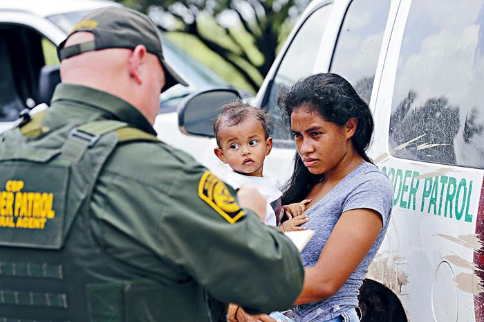 ■國安部據稱曾有意在庇護城大舉掃蕩無證客。圖為一名從洪都拉斯移民母親和她1歲的孩子。美聯社