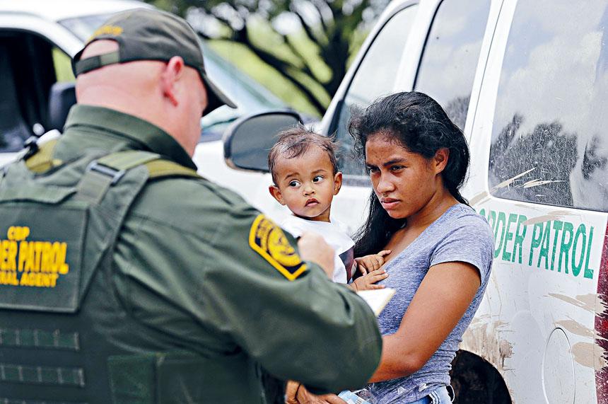 國安部據稱曾有意在庇護城大舉掃蕩無證客。圖為一名從洪都拉斯移民母親和她1歲的孩子。美聯社