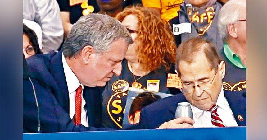 納德勒在紐約市出席活動時突不適,在旁的白思豪立即遞上飲料。美聯社