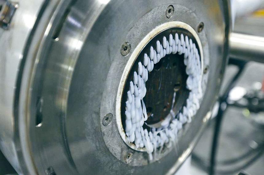 自從中國開始限制外國垃圾進口後,回收公司GDB International安裝了這台新機器,把塑膠廢料加工成塑膠粒,再轉售予垃圾袋和塑料管製造商。美聯社