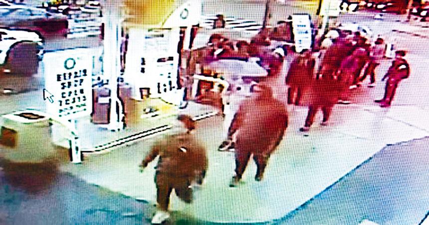 加油站的監控電視把兩所中學生打群架的過程攝錄下來,學生在油站內追逐攻擊。