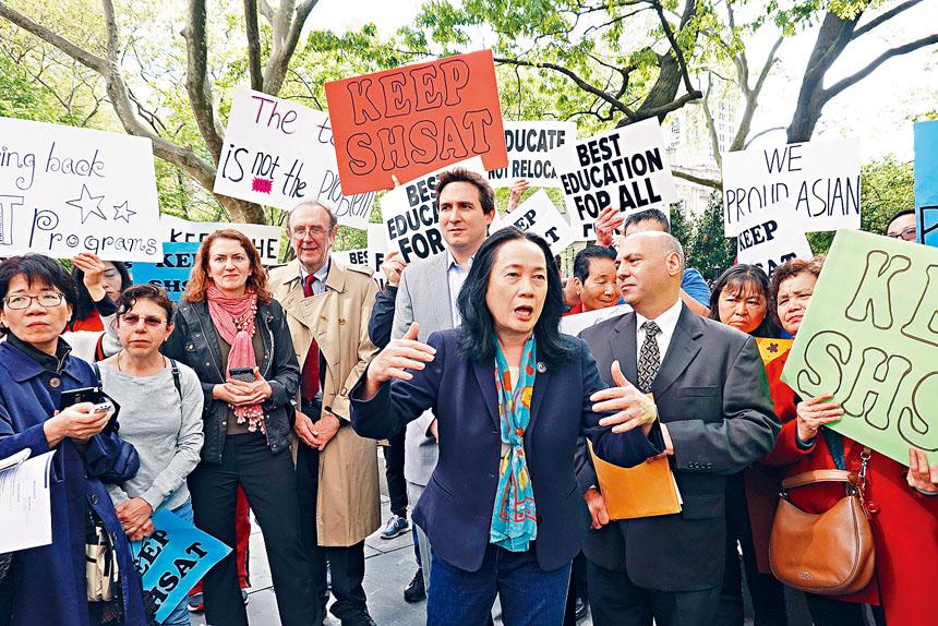 紐約同源會會長陳慧華在示威現場發言。