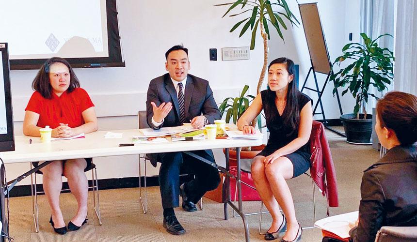 馬文芃(左起)、William Ng、黃敏儀向近百華人小商業者講解勞工法和認識職場歧視等勞工法。