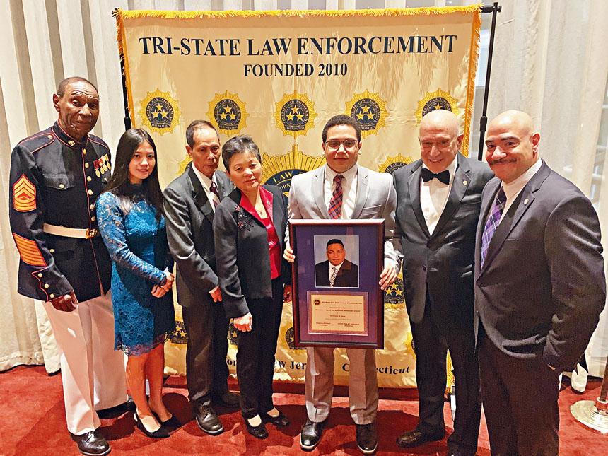 劉文健雙親和遺孀頒發劉文健警探紀念獎學金。