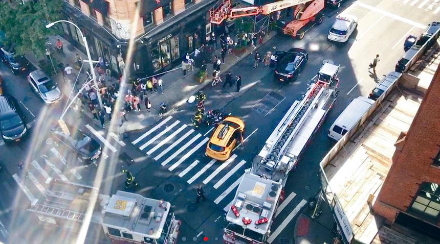 黃色出租車撞倒老嫗,警方在現場調查。讀者提供