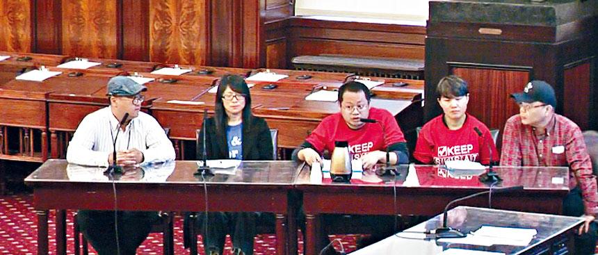 華人在公聽會上發言。