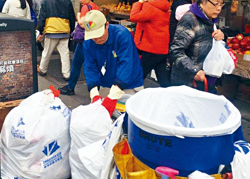 明華埠商改區清潔工人在工作中。