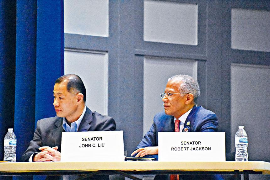 由州參議員劉醇逸(左)與傑克遜(右)共同主持的曼哈頓場特殊考試社區討論會於23日晚在公立學校PS 173M舉行。