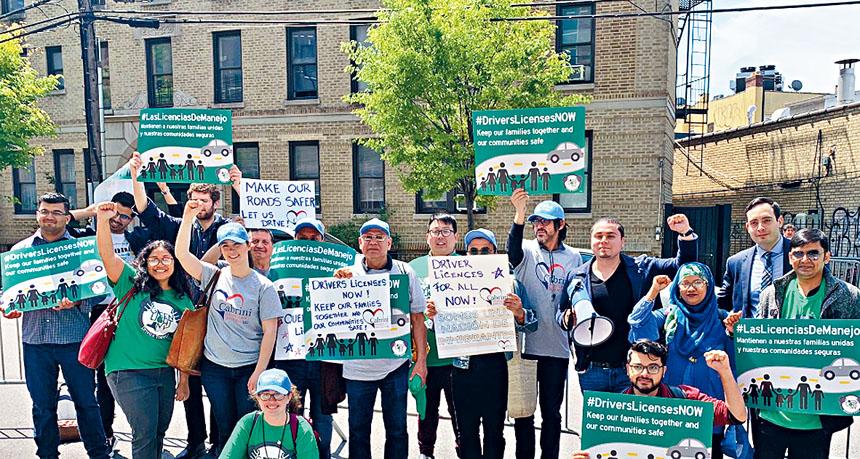 移民聚集州參院領袖議員辦公室門前推動無身分移民領駕照法案。