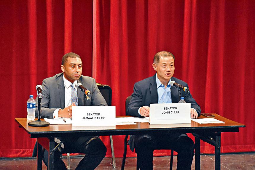 為全面聽取所有相關社區的心聲,州參議員劉醇逸(John Liu,右)與貝利(Jamaal T. Bailey,左)於17日晚在布朗士雷曼學院(Lehman College)舉辦社區討論會。