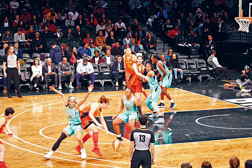 中國女籃昨日對陣紐約自由人。