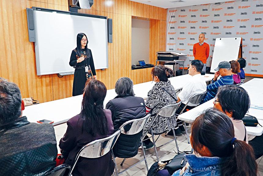 人口普查局合作專員楊天琦介紹人口普查的重要性。